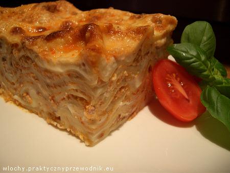 Lasagne z mięsem, sosem pomidorowym i beszamelowym oraz serem
